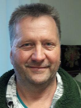 Der Hausmeister der Wielandschule Dorian Arnold lächelt in die Kamera.