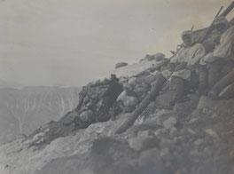 Gebirgsschützen kauern sich an die Steinwälle um Schutz vor Wetter und Artillerie zu finden. Sammlung Isonzofront.de