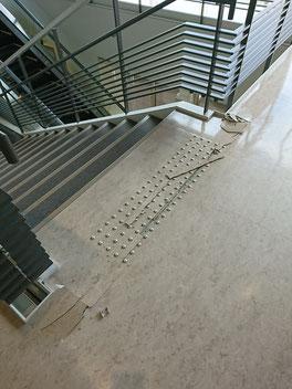 階段と床のジョイントにずれが生じている=OICにて18日午前撮影(読者提供)