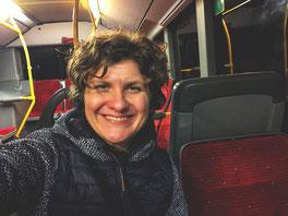 Die letzte Etappe der Zugreise nach Hamburg endet im Bus. Auch Bus-sarde können » Zugvögel « sein, habe ich gelesen.