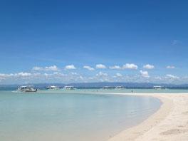 どこまでも続くかのような白砂ビーチ