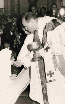 El padre Abella en la Primera Comunión de Pilar Linares. Foto: Maribel Linares