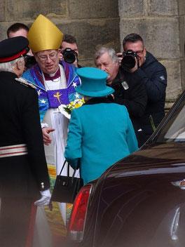 Königin Elisabeth II mit dem königlichen Auto. Photo: Men's Individual Fashion.