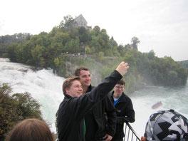 Hoch oben auf dem Felsen mitten im tosenden Rheinfall schossen Jakob und Josef ein Selfie.