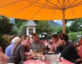 Exkursionsgruppe im Restaurant