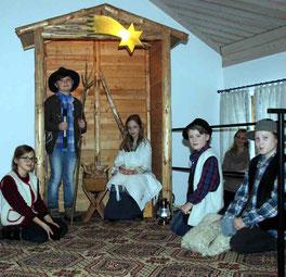Kinder der Pfarrei spielten bei der Feier für die Senioren die Herbergssuche nach.