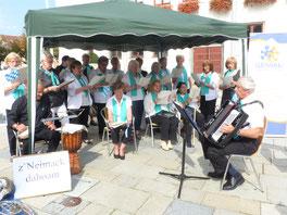 Foto (GENiAL): Der GENiAL-Chor wird am 14. September auf dem Neumarkter Wochenmarkt für gute Laune sorgen.
