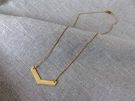 Filigrane Halskette aus Messing mit Messing-Anhänger in Pfeilform oder Dreiecksform - mit Liebe handgemacht vom kleine Schmuck-Label Majuki.   Die Halskette eignet sich super als Geschenk.