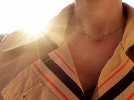 Filigrane Halskette aus Messing mit kleinen Messing-Kugeln in der Mitte - mit Liebe handgemacht vom kleine Schmuck-Label Majuki.   Die Halskette eignet sich super als Geschenk.