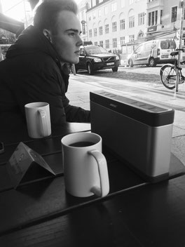 Camillo in einem Cafe in Oslo