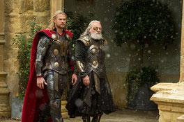 Thor und Odin© 2013 MVLFFLLC. TM & © 2013 Marvel. All Rights Reserved.