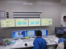 工場内の状況を把握する制御室。こんなトリプル画面はトレーダーみたい。