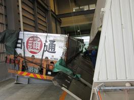 小麦をサイロに移す際は、トラックを横倒しにして排出します。