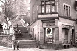 """Radeberg Röderstraße: Auch in der HO-Drogerie (vormals Drogerie Brendel / Adler-Drogerie) wurden Produkte und """"Schnupper-Behandlungen"""" des Hauses Meentzen angeboten.  Foto Museum Klippenstein"""