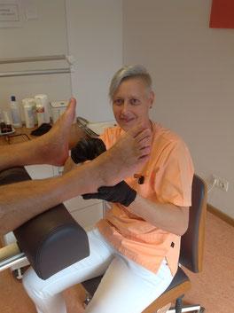 Podologin Susann Bernetz behandelt die Ferse eines Patienten im PODOLOGIKUM Schwabing, München