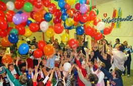 Auch ein Luftballonregen steht auf dem Programm des Maskenballs. Foto: zVg