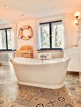 Freistehende Badewanne im Badezimmer