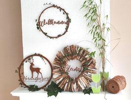Edelrost Ringe mit Efeu - Holzkranz auf dem Kamin dekoriert.