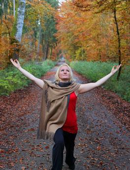 #yogaeverywhere Yoga im Wald, Ebersberger Forst bei München - Herbstbild, Yoga Pose Virabhadrasana - Der Held - Copyright Tanja Schöffmann Yogalehrerin Samastah Yoga