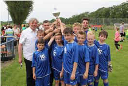 Der Nachwuchs des Gastgebers SV Horneburg gewann etwas überraschend bei den E-Junioren. Der stellvertretende Bürgermeister Dr. Jürgen Wutschka überreichte den Pokal. Foto: André Hilgers