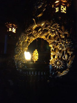 浄願寺の本堂のお灯明。ご本尊の阿弥陀様を照らすとともに、阿弥陀様からの無限の慈悲をあらわしています。
