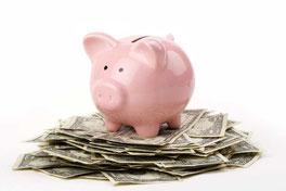 tirelire en forme de cochon rose sur tas de billets