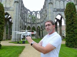 Julien Frizot avec un de ses drones à l'abbaye Notre-Dame d'Ourscamp