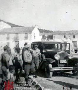 Única foto que se conserva de la fuente en el centro de la Plaza del mismo nombre.