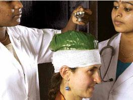 Dame erhält Ölguss-Anwendung um Kopf