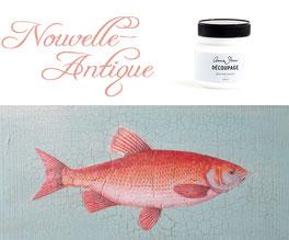 Auf dem Foto sieht man eine Dose Decoupage Lack von Annie Sloan und darunter eine mit chalkpaint gestrichene Fläche, auf die ein Fisch mit dem Decoupage Lack geklebt wurde