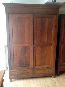 Das Photo zeigt einen Kleiderschrank aus Eichenholz, der von Nouvelle-Antique aus Aachen zum Verkauf steht.