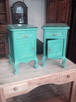 Auf dem Foto sind zwei kleine Nachtschränkchen abgebildet, die mit Annie Sloan Chalk Paint im Farbton Provence gestrichen wurden und die von Nouvelle-Antique verkauft werden
