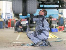 Schönwetter - Mitarbeiter beim LKW-Service