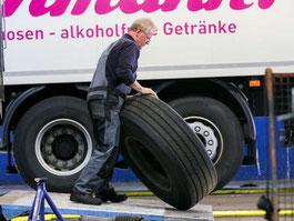 Schönwetter - Mitarbeiter beim Reifen wegbringen