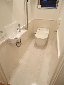 施工後:腰壁を張った後のトイレ