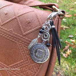 Bijou de sac MAYA ou porte clés maya, noir et argent, plume, accessoire fait main en France