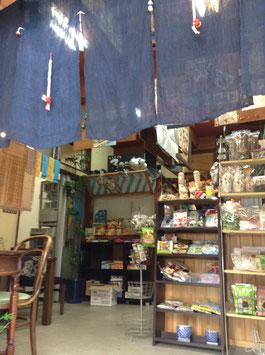 ギャラリーチフリグリと同建物内駄菓子屋「よしぎん」