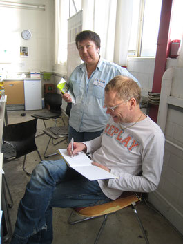 Bernhard Vogel signiert sein Buch für mich