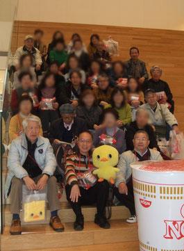 日清ミュージアムにて集合写真     (一部、画像修正をしています)