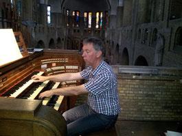 Jan-Sjoerd van der Vaart aan het orgel van de Kristus Koningkerk in Antwerpen