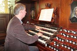 Jan-Sjoerd van der Vaart aan het orgel van de Nieuwe kerk in Katwijk