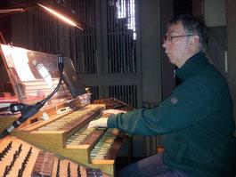 Jan-Sjoerd van der Vaart aan het orgel van de sint Petrus en Pauluskerk in Medebach
