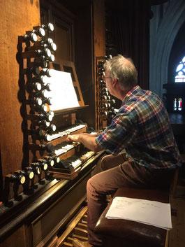 Jan-Sjoerd van der Vaart aan het orgel van de kathedraal in 's-Hertogenbosch