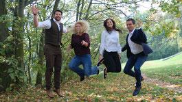Vier springende Menschen