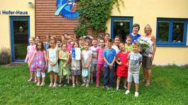 Lehrkraft Renate Kühnberger (2. von rechts) mit ihrer Klasse vorm Bernd Hofer-Haus mit Karin Philipp vom LBV