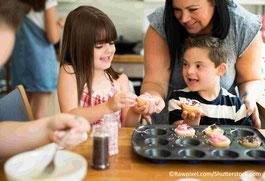 Kinder backen mit Erzieherin Muffins
