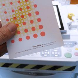 Hier stehe ich vor der Risograph-Maschine mit einer Papierprobe von Metapaper in der Hand.