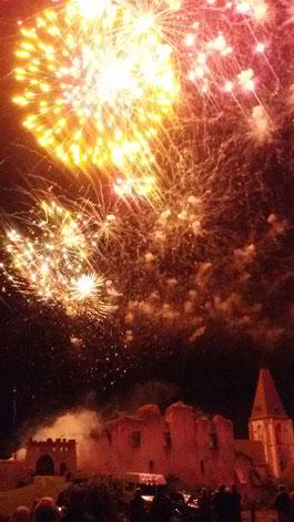 Château de Picquigny de nuit avec feu d'artifice