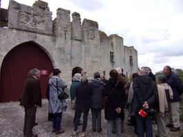 Château de Picquigny, visite de groupe devant la barbacane