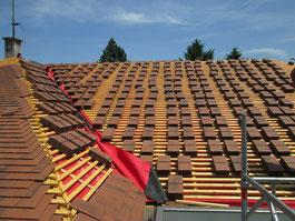 Tuiles plates sur couverture en rénovation